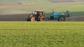 Insecticidas de pulverização do fazendeiro na cultura fotografia de stock