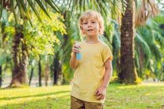 Insectifuges de pulvérisation de garçon sur la peau images stock