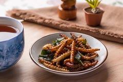 Insectos fritos - insecto de bambú del gusano curruscante con pandan después de frie Imagen de archivo