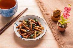 Insectos fritos - insecto de madera del gusano curruscante con pandan después de frito Imagenes de archivo