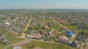 Insediamento urbano bielorusso - Radun Siluetta dell'uomo Cowering di affari stock footage