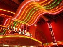 Insegna al neon al cinema fotografia stock