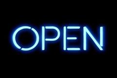 Insegna al neon blu tremula di lampeggiamento su fondo nero, segno della barra del negozio aperto Fotografia Stock