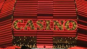 Insegna al neon del casinò di Las Vegas stock footage