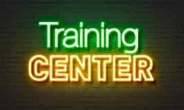 Insegna al neon del centro di formazione sul fondo del muro di mattoni Fotografia Stock Libera da Diritti