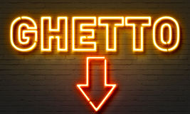 Insegna al neon del ghetto sul fondo del muro di mattoni royalty illustrazione gratis