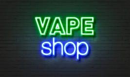 Insegna al neon del negozio di Vape sul fondo del muro di mattoni immagini stock libere da diritti