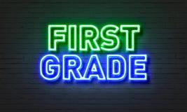 Insegna al neon del primo grado sul fondo del muro di mattoni fotografia stock libera da diritti