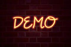 Insegna al neon della dimostrazione sul fondo del muro di mattoni Segno fluorescente del tubo al neon sul concetto di affari dell Fotografie Stock