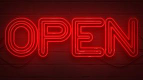 Insegna al neon rossa tremula di lampeggiamento sul fondo del muro di mattoni, segno della barra del negozio aperto Fotografie Stock