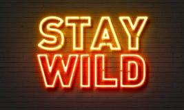 Insegna al neon selvaggia di soggiorno sul fondo del muro di mattoni fotografia stock libera da diritti