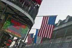 Insegna al neon tropicale dell'isola e bandiera degli Stati Uniti nel quartiere francese di New Orleans, Luisiana fotografie stock libere da diritti