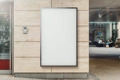 Insegna all'aperto verticale in bianco alla parete moderna luminosa della costruzione, rappresentazione 3d illustrazione di stock