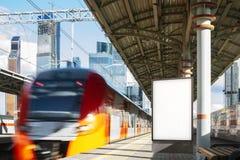 Insegna bianca in bianco alla piattaforma della metropolitana, rappresentazione 3d fotografia stock
