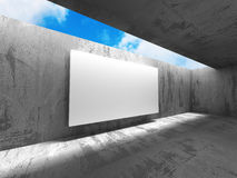 Insegna bianca del tabellone per le affissioni di pubblicità nella stanza concreta scura Immagini Stock
