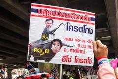 Insegna che protesta il primo ministro reale e quello precedente in Tailandia la dimostrazione antigovernativa a Bangkok. Immagine Stock