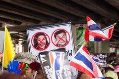 Insegna che protesta il primo ministro reale e quello precedente in Tailandia la dimostrazione antigovernativa a Bangkok. Fotografie Stock Libere da Diritti