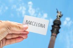 Insegna con il testo Barcellona, con Columbus Monument dentro Fotografie Stock Libere da Diritti