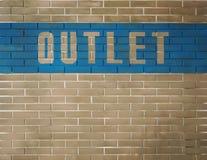 Insegna con lo sbocco di parola, deposito di sbocco su un muro di mattoni Fotografie Stock Libere da Diritti