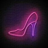 Insegna d'annata di incandescenza con la scarpa rosa del tacco alto, Concep di compera Fotografia Stock Libera da Diritti