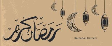 Insegna d'annata di Ramadan Kareem con la calligrafia araba, la lanterna islamica tradizionale e la decorazione d'attaccatura del royalty illustrazione gratis