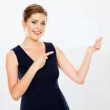 Insegna della tenuta della donna di affari, dito che indica, fondo bianco Fotografia Stock