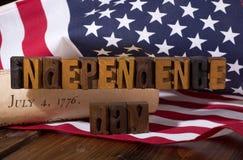 Insegna di festa dell'indipendenza con la bandiera americana e la dichiarazione o Fotografie Stock