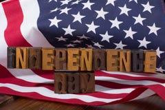Insegna di festa dell'indipendenza e la bandiera americana Fotografia Stock Libera da Diritti