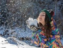 Insegna di lancio della neve di inverno della donna felice di divertimento Il raccolto di panorama della ragazza all'aperto di st immagine stock