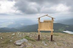 Insegna di legno nella montagna Fotografia Stock