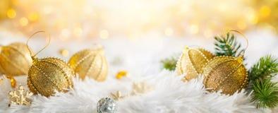 Insegna di Natale con le bagattelle dell'oro Fotografia Stock Libera da Diritti