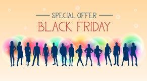 Insegna di offerta speciale di Black Friday con il gruppo di persone le siluette su fondo variopinto Fotografia Stock