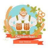 Insegna di Oktoberfest con personaggio dei cartoni animati divertente in una corona di orzo e del luppolo Un uomo con tazze di bi illustrazione di stock