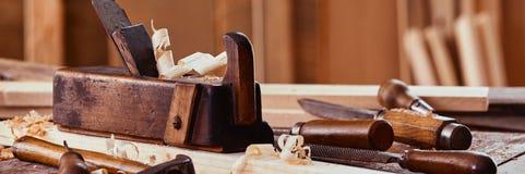 Insegna di panorama degli strumenti d'annata di falegnameria fotografia stock libera da diritti
