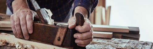 Insegna di panorama di un legno di piallatura del carpentiere fotografia stock