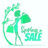 Insegna di vendita della primavera con la donna che cammina con i sacchetti della spesa Fotografia Stock