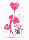 Insegna di vendita di San Valentino con i sacchetti della spesa della tenuta della donna Immagini Stock Libere da Diritti
