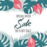 Insegna di vendita, manifesto con le foglie di palma, foglia della giungla e fiori più umidi Fondo tropicale floreale di estate d Fotografie Stock