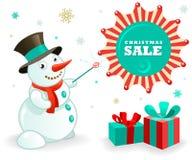 Insegna di vendite di Natale: Pupazzo di neve divertente e regali di natale Fotografia Stock