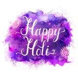 Insegna di vettore di festival di Holi con iscrizione bianca sulle macchie porpora, viola, lilla e blu dell'acquerello Luminoso a illustrazione di stock