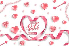 Insegna di web di vendita di giorno del ` s del biglietto di S. Valentino Vista superiore su composizione con i cuori brillanti r Fotografia Stock Libera da Diritti