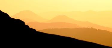 Insegna dorata delle montagne fotografia stock libera da diritti
