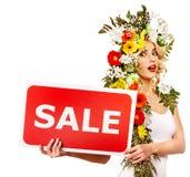 Insegna e fiore di vendita della tenuta della donna. Fotografie Stock