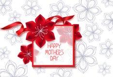 Insegna felice di festa della mamma con il nastro di seta rosso e del fiore Fotografia Stock