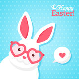 Insegna felice di Pasqua con il coniglio bianco dei pantaloni a vita bassa Fotografia Stock