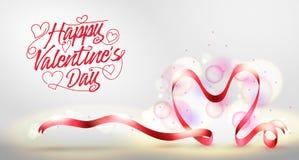 Insegna felice di saluto di giorno di biglietti di S. Valentino con il nastro a forma di del cuore rosso Immagini Stock Libere da Diritti