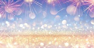 Insegna festiva brillante con il fuoco d'artificio - scintillio dorato illustrazione vettoriale