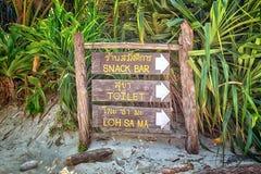 Insegna nella baia di maya, Ko Phi Phi Lee, Krabi, Tailandia Fotografie Stock Libere da Diritti