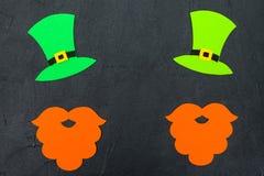 Insegna orizzontale variopinta di tema di giorno del ` s di St Patrick Cappello del leprechaun, barba e foglie verdi dell'acetose Fotografia Stock Libera da Diritti