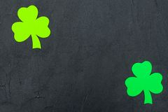 Insegna orizzontale variopinta di tema di giorno del ` s di St Patrick Foglie verdi dell'acetosella su fondo nero Elementi del me Fotografie Stock Libere da Diritti